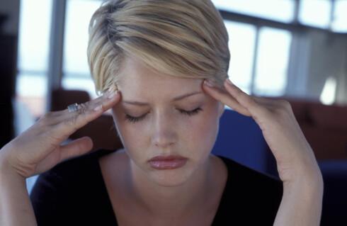 VONDT I HODET: Dagen derpå er ofte preget av hodepine. Nye studier viser at dette ikke bare kommer av dehydrering.  Foto: Colourbox