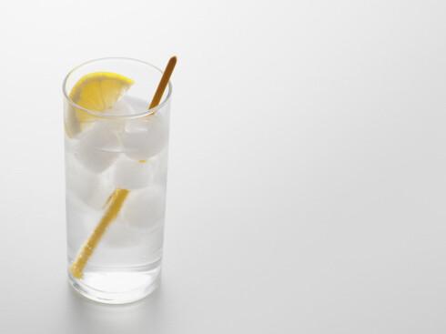 PASS PÅ MENGDEN: Folkehelseinstituttet anbefaler alle å drikke med måte: desto flere alkoholenheter du inntar, og desto flere timer du er ruset, desto verre bakrus. Foto: Image Source