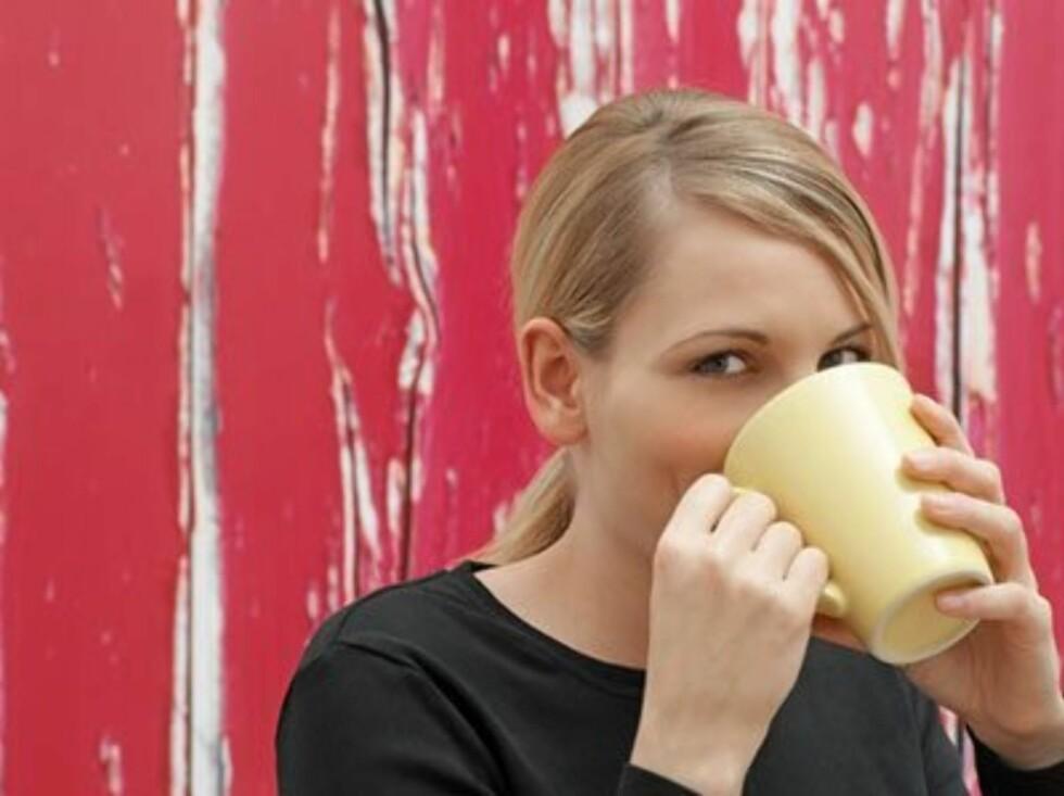 KAFFE HJELPER: En kopp kaffe tre eller fire timer etter at du har trukket alkohol kan hjelpe med å motvirke hodepinen dagen derpå.  Foto: Image Source