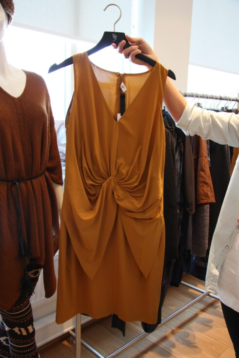 LITT MER EKSKLUSIVT: Sennepsgul kjole fra Vero Modas Very-linje. Foto: Tone Ra Pedersen