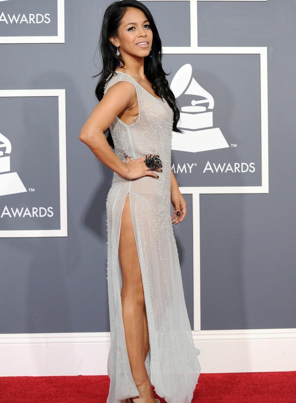 Skuespiller Lia Roman i grå transparent kjole med stor statementring.  Foto: All Over Press