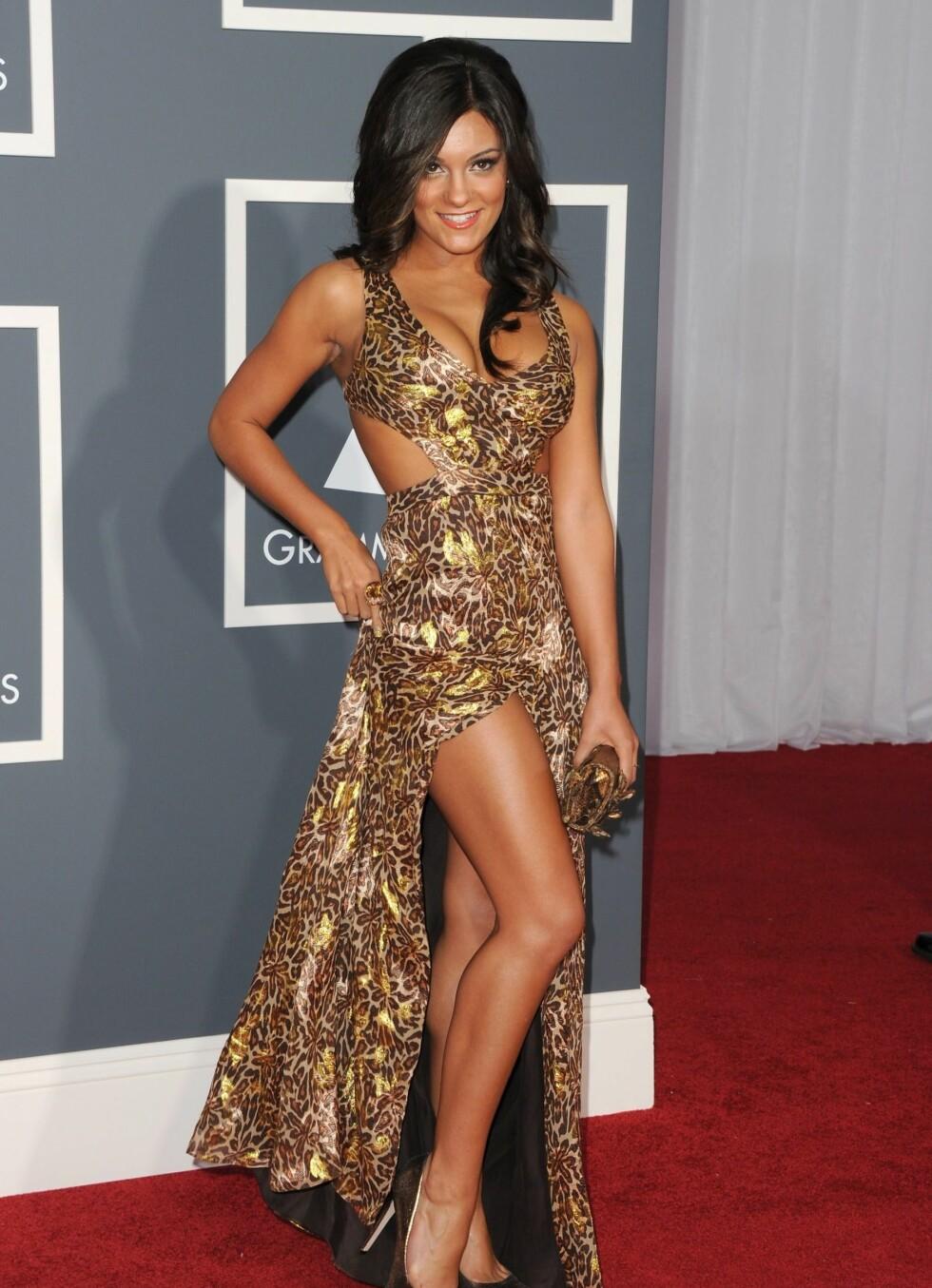 Popstjernen Aleesia i dyrisk mønstret kjole.  Foto: All Over Press