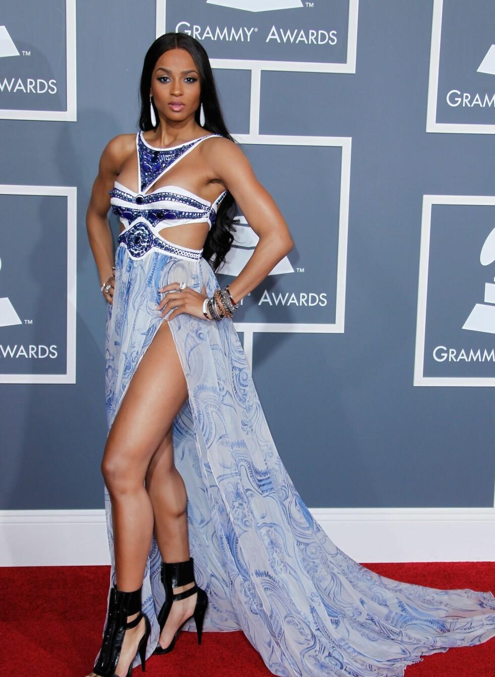 Popstjernen Ciara i blå Emilio Pucci-kjole med splitt opp til hoftene. Foto: All Over Press