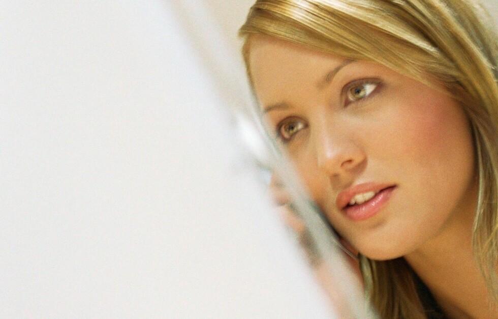 NYSGJERRIG: Mange av oss bruker nettet til både å sjekke potensielle og gamle kjærester, ifølge en ny studie. Foto: colourbox.com