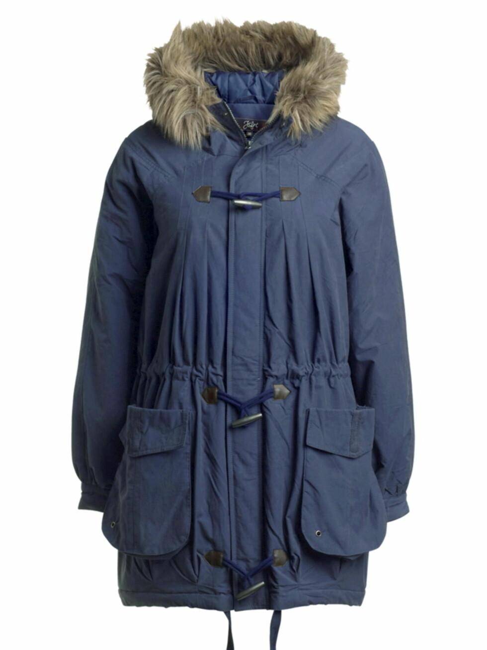 10 PROSENT AVSLAG: Lett ballongformet jakke med hette med avtagbar fuskepels, og innvendig snor i midjen (kr 540, Ellos).