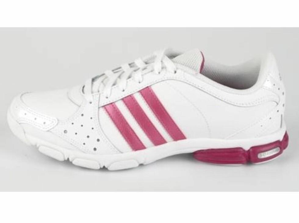 Adidas-sko i hvitt og rosa (kr.549/Brandos.no). Foto: Produsenten