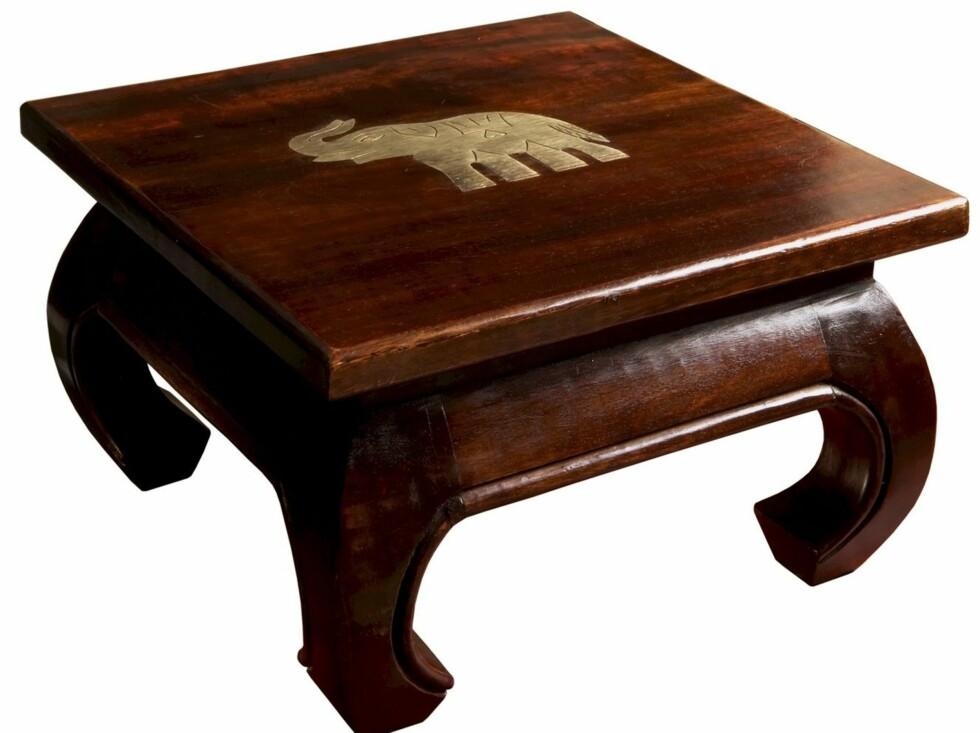 Håndlaget lite bord i mangotre med elefantdekorasjon i messing, bordplate 33x33 cm, høyde 20 cm, Jotex, kr 479.  Foto: Produsenten