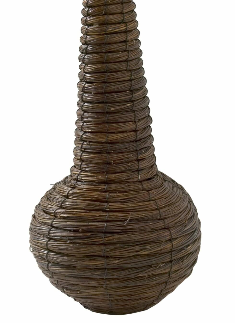 Kurvvase i pil, 40 cm høy, Jotex, kr 179. Foto: Produsenten
