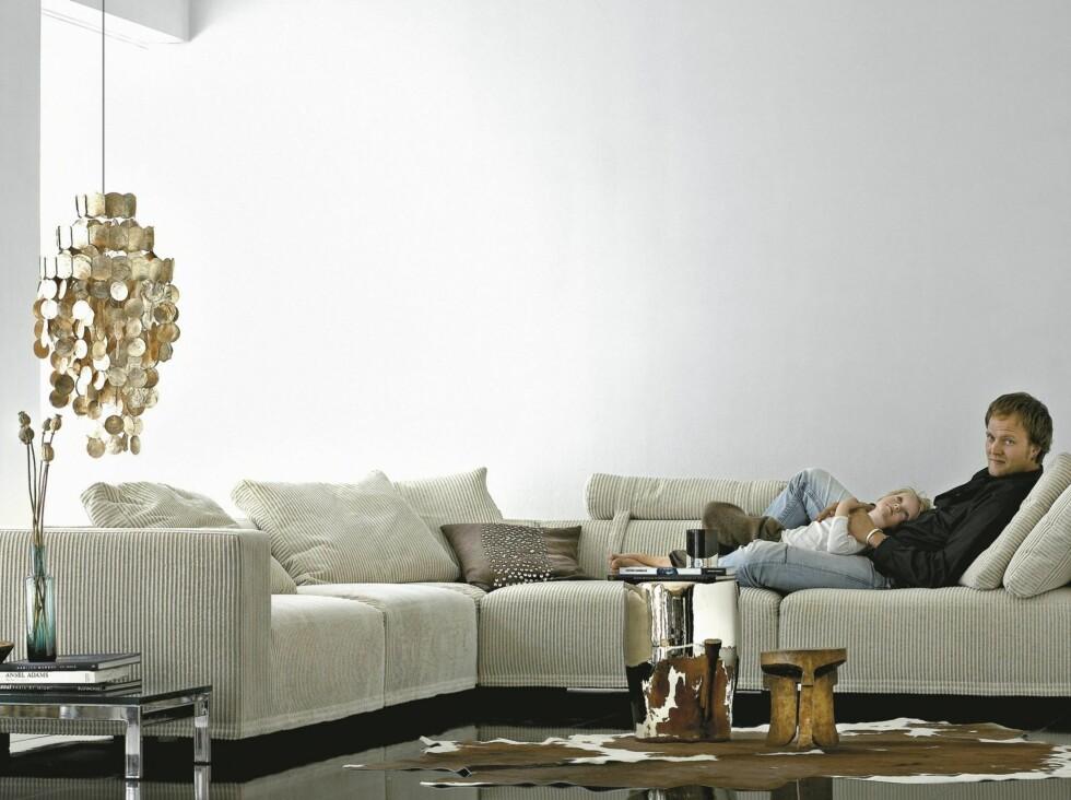 Hvite vegger og kremfarget sofa er kanskje ikke ideelt for de med helt små barn, men oj, så lekkert det ser ut.  Foto: Baseline