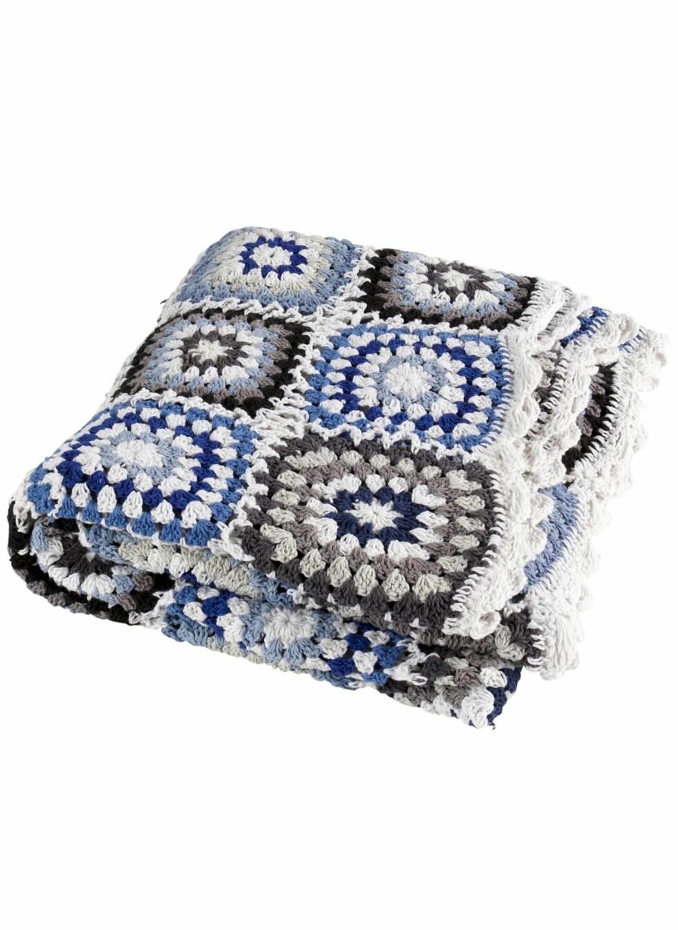 Heklet pledd i hvitt, blått og grått, Jotex, kr 299. Foto: Produsenten