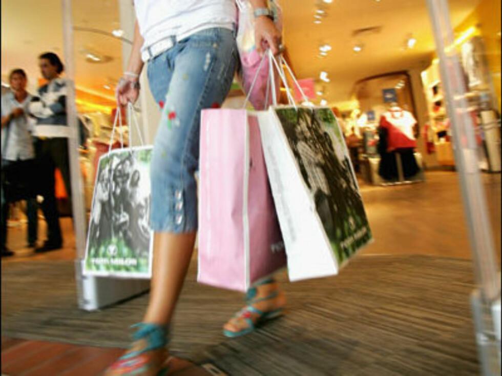 HER KAN DU FORBRENNE RÅTT MED KALORIER: Tross alle posene du drasser med deg i time etter time, forbrenner man antagelig ikke mer enn rundt 400 kalorier. Men, så finnes det et supertriks som rett og slett gjør shopping til trening. Foto: All Over Press