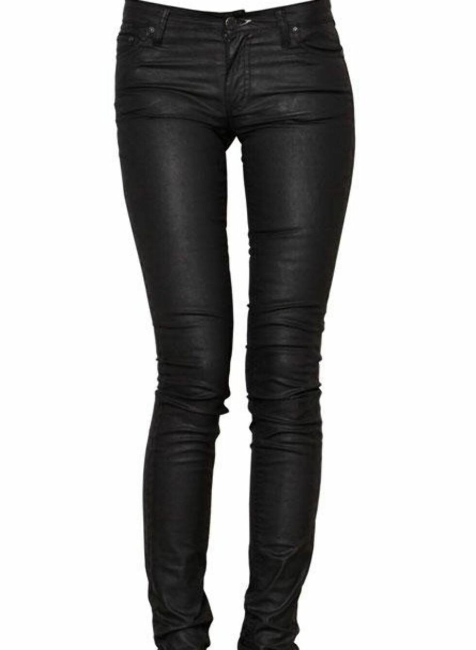 SPAR 480 KRONER: Svarte smale jeans (kr 1120, Acne/Fashionmixology.no).
