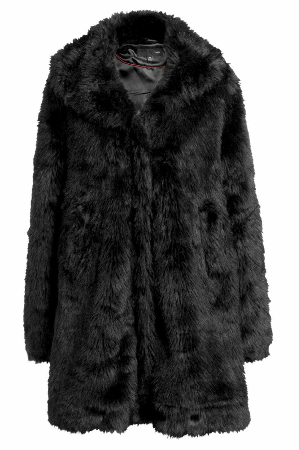 SPAR 300 KRONER: Lang jakke i fuskepels (kr 600, Ellos.no).