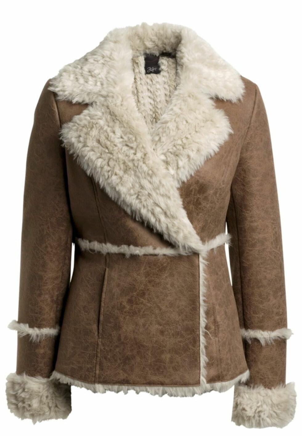 SPAR 300 KRONER: Kort jakke i imitert saueskinn (kr 300, Ellos.no).