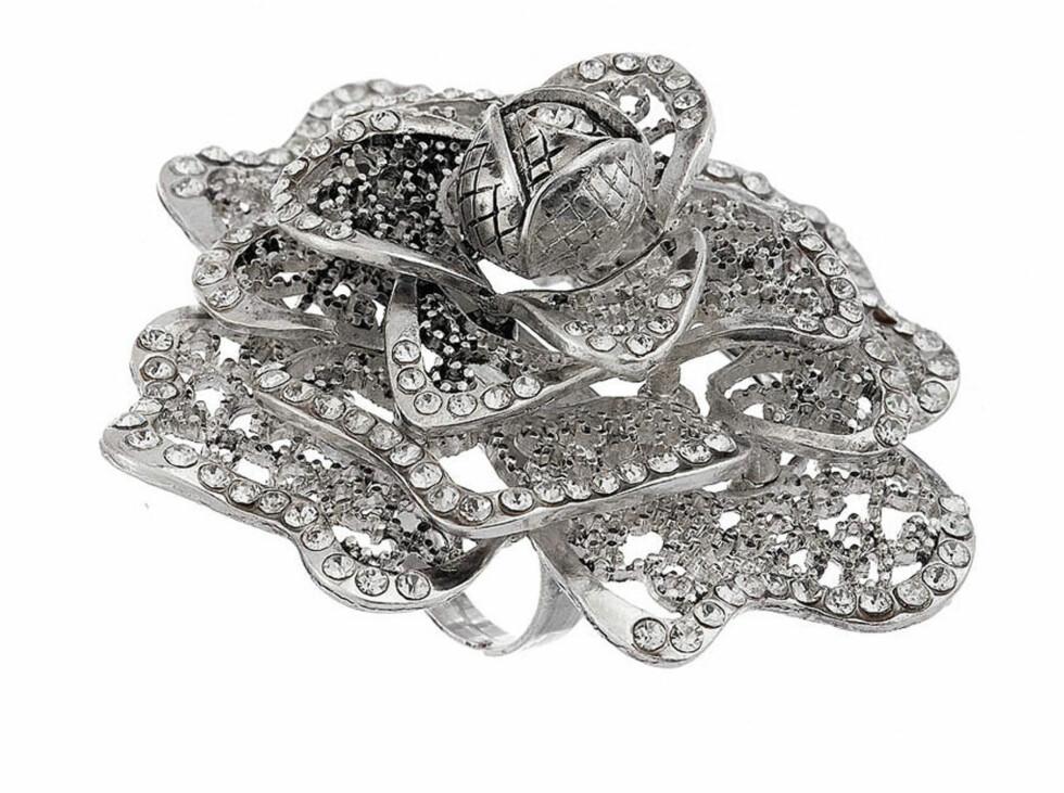SPAR 240 KRONER: Nydelig ring med glitrende stener (cirka kr 40, Topshop.com).
