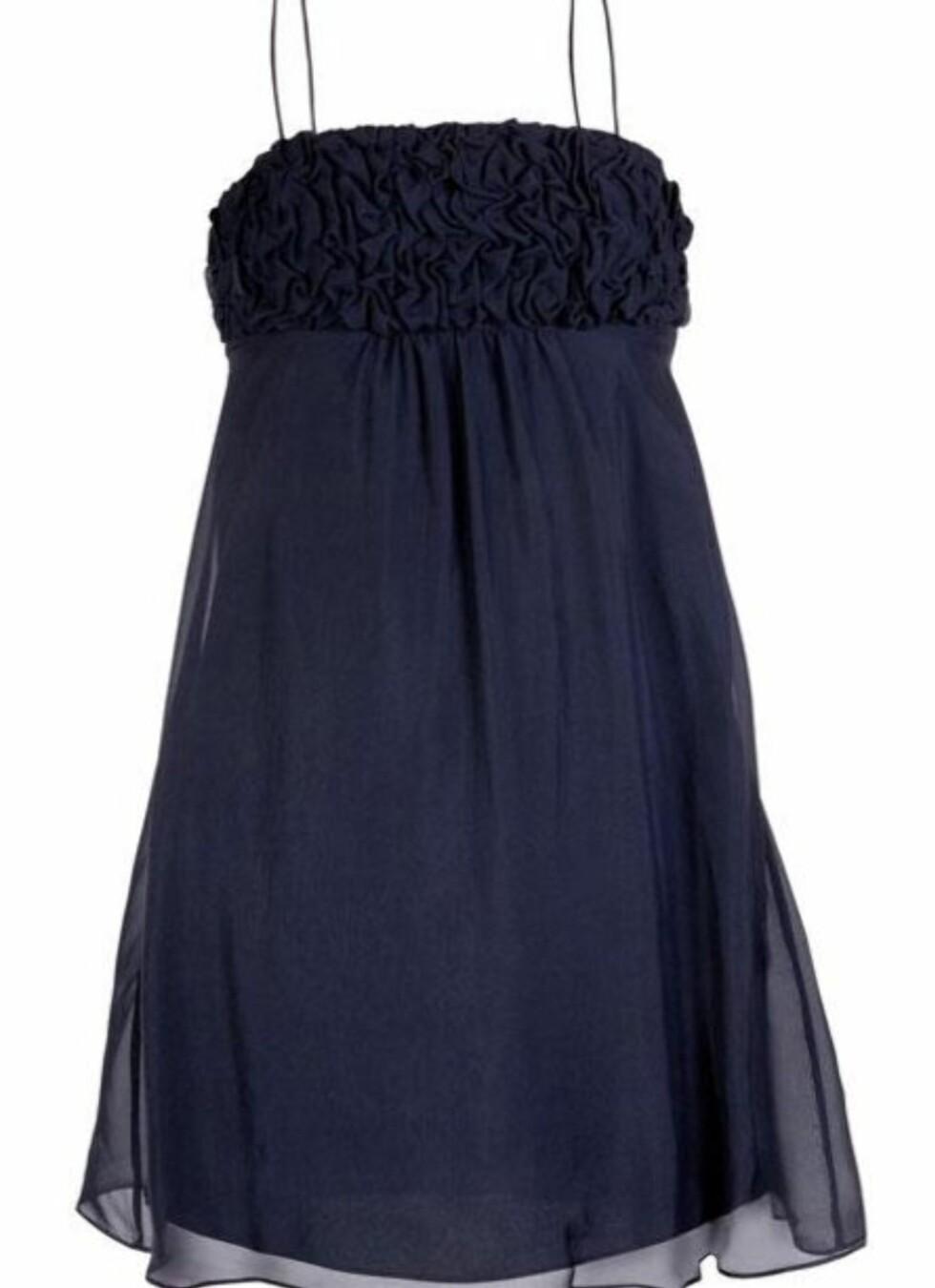SPAR 825 KEONER: Mørkeblå kjole i klassisk stil (kr 825, Paul & Joe Sister/Fashionmixology.no).