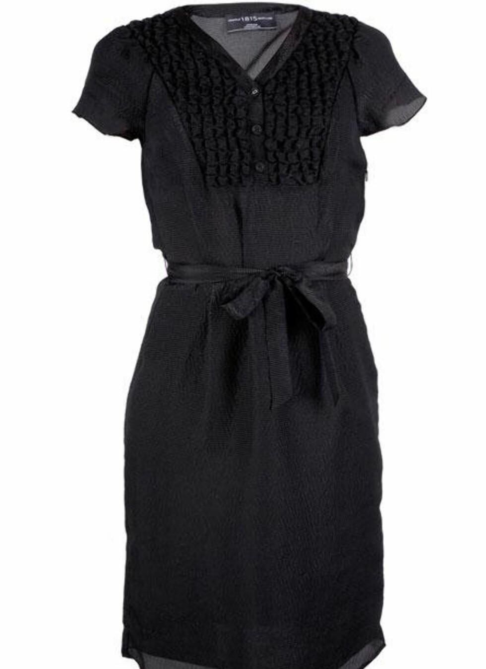 SPAR 1450 KRONER: Feminin silkekjole med små knapper og snøring i livet (kr 1450, Pringle/Fashionmixology.no).