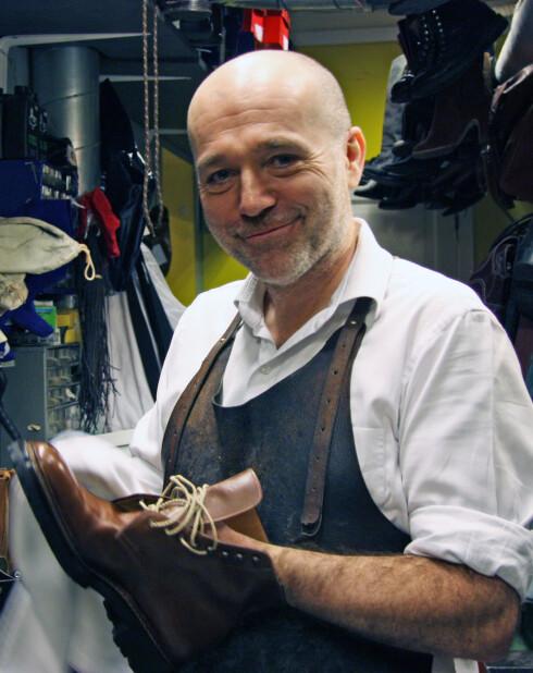 SKOMAKER: Asbjørn Dagestad fikser gamle og selger nye sko i Josefines gate 2 på Bislett i Oslo. Foto: Tone Ra Pedersen