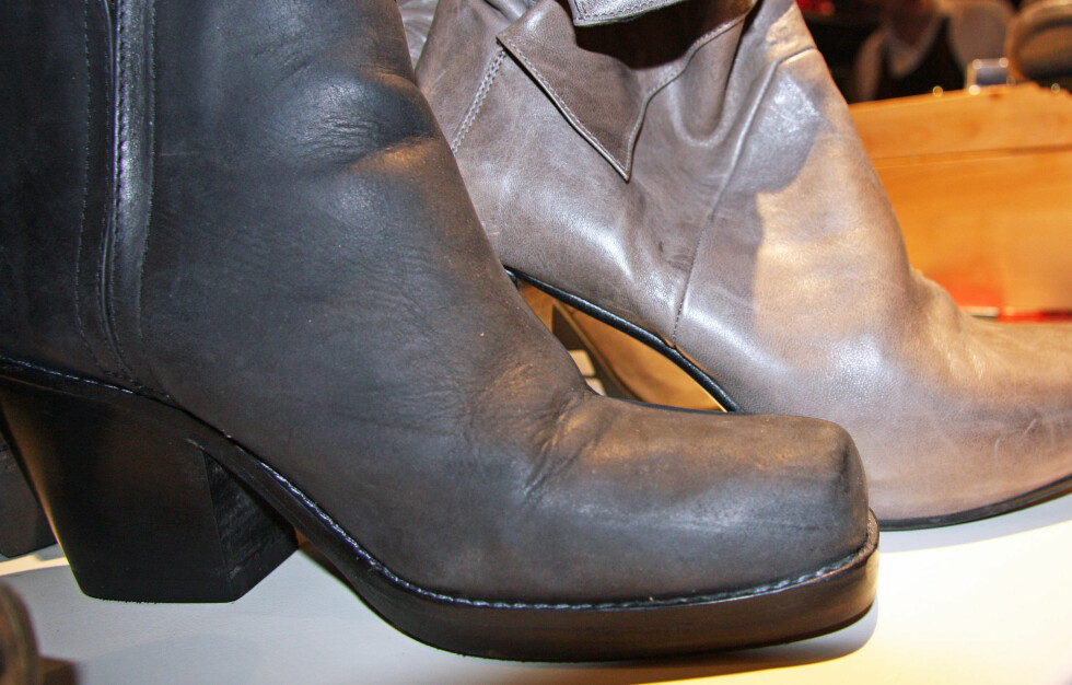 SÅLEN PÅ SKOEN BAK ER FOR TYNN: Skal du bruke skoene ute i ustabile, norske værforhold, er det best om skoen har en tjukkere såle, anbefaler skomaker Dagestad. Foto: Tone Ra Pedersen
