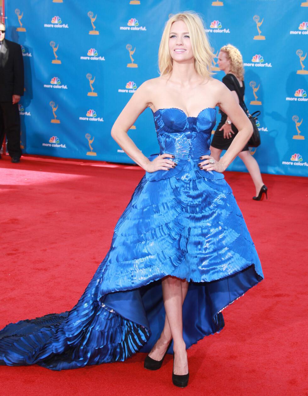 January Jones' kjole på Emmy-utdelingen fikk blitslampene til å løpe varme. Versace-kreasjonen var stroppeløs og med knelang lengde foran og slep bak. Foto: All Over Press