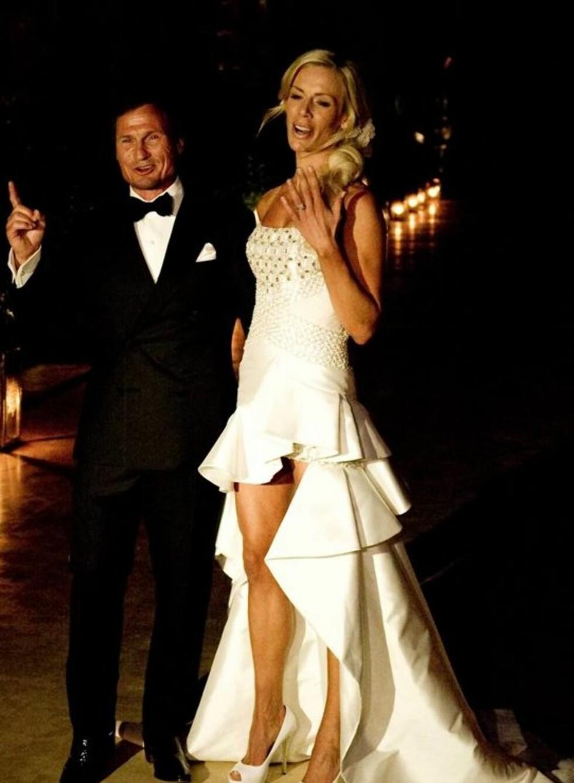Gunhild Stordalens brudekjole var en spesialdesignet kreasjon fra huset Versace, og i likhet med January Jones' kjole fra Emmy-utdelingen var den kort foran og lang bak.