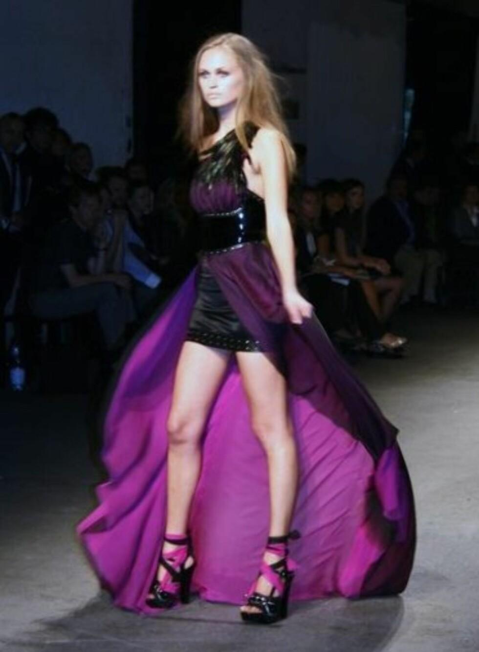 Den norske designeren Kristian Aadnevik har vist mange kjoler av denne typen. Her fra vår-sommerkolleksjonen 2009.
