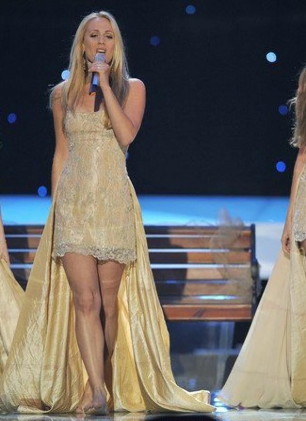 Årets Grand Prix-deltakere fra Kroatia hadde også på seg korte kjoler med slep.
