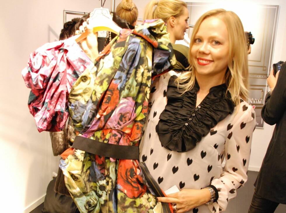 BLOMSTER OG VOLANGER TIL FOLKET: - Jeg er helt fascinert av denne kjolen. Du kan bruke den på så mange måter, vri og vende på den til å passe din kropp og din stil, sier Vibeke Holann i H&M Norge.  Foto: Aina Kristiansen - alle foto