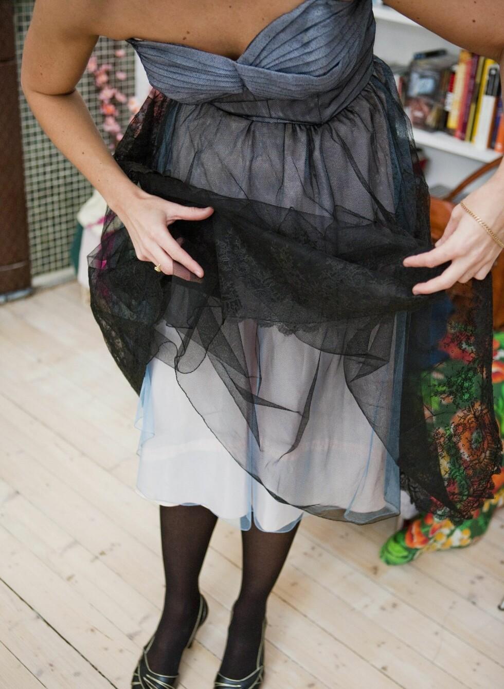 Kjolen har en rekke flortynne lag i ulike farger, som sammen gir spill i stoffet. Foto: Per Ervland