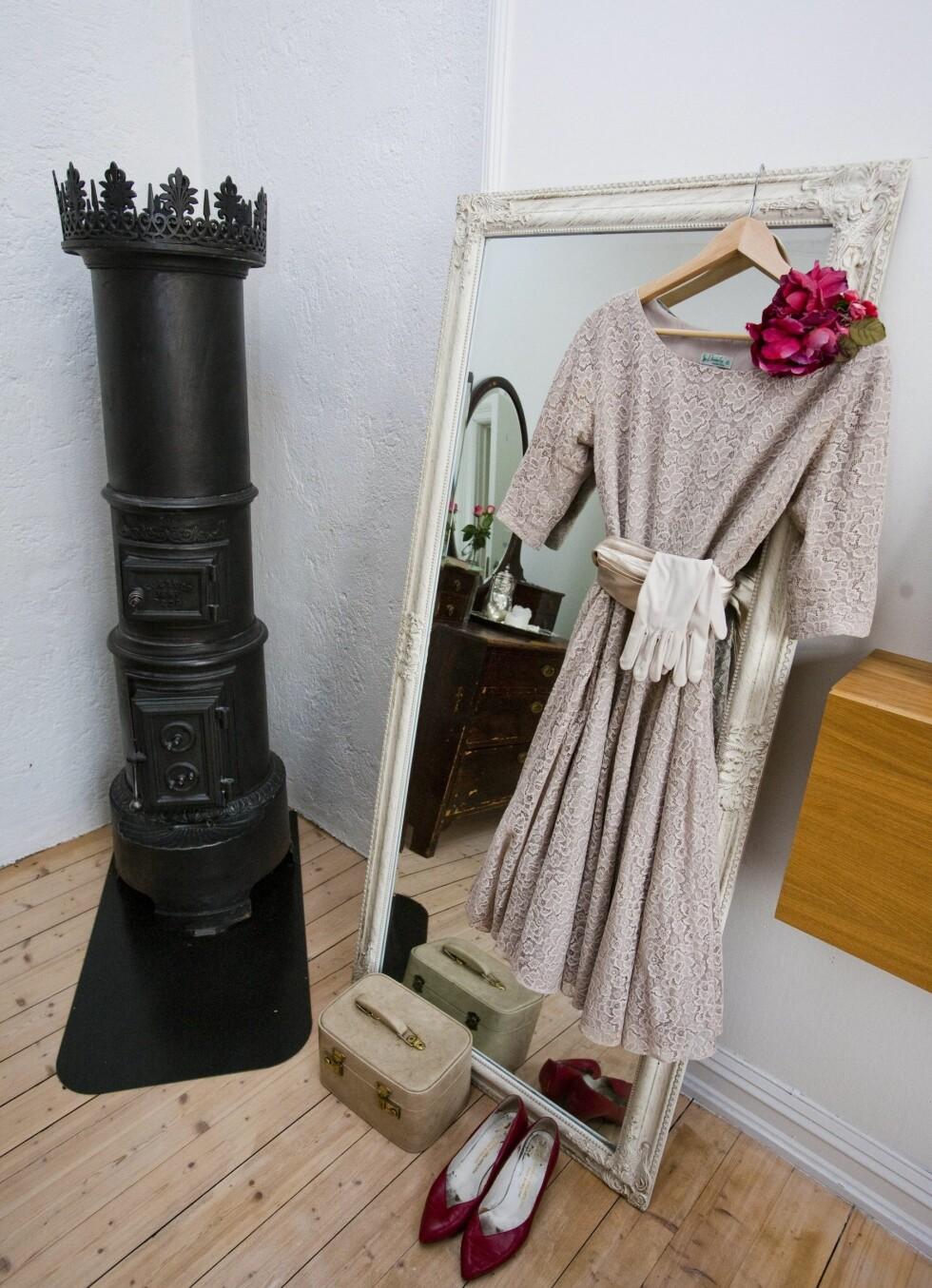 Et potensielt sceneantrekk henger klart på soverommet til Guro. Den flotte ovnen har hun for øvrig også kjøpt brukt. Foto: Per Ervland