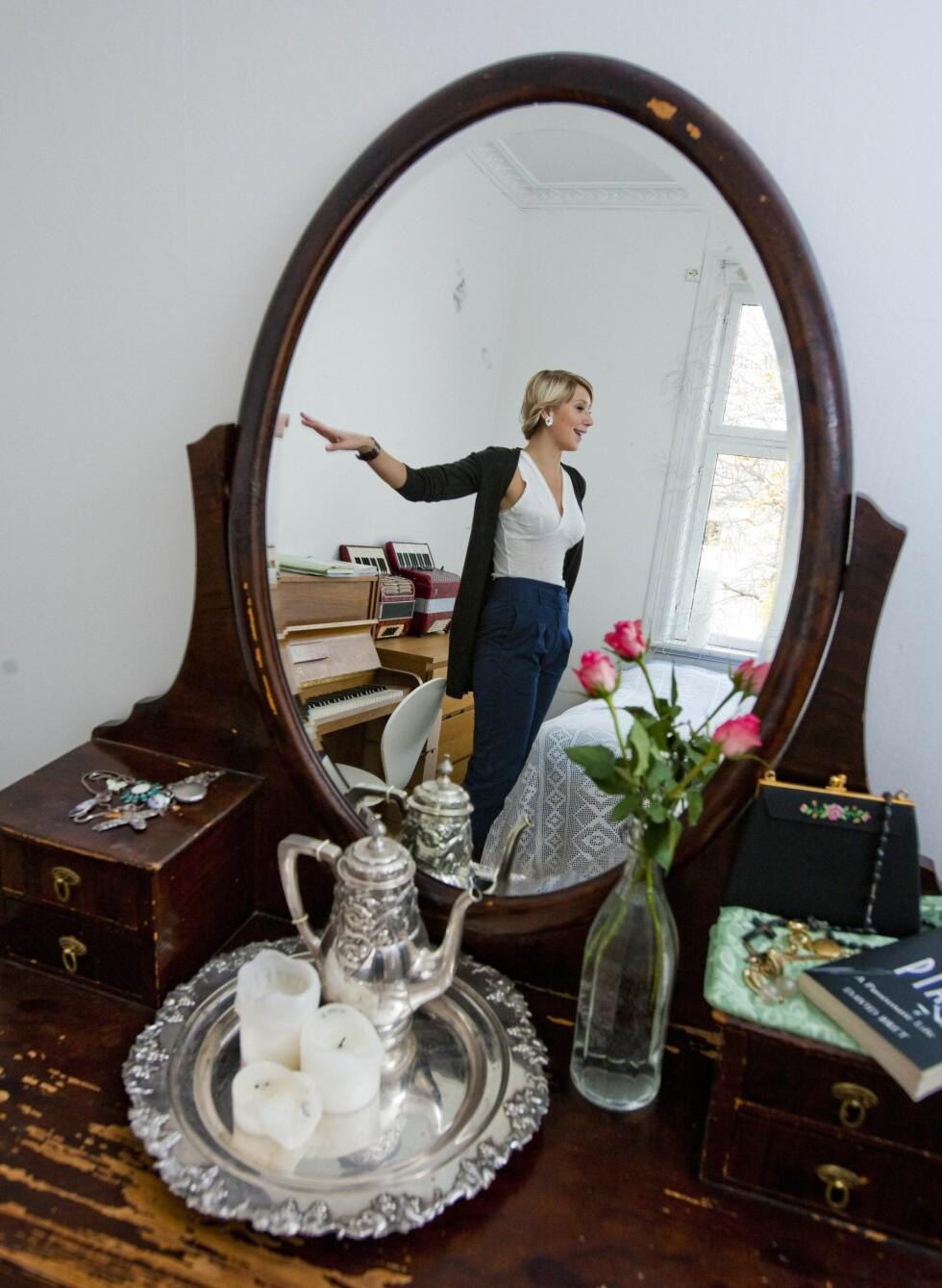 Denne speilkommoden lagde Guros oldefar av gamle mandarinkasser. Den var en gave til hennes oldemor da de var nygift. Foto: Per Ervland
