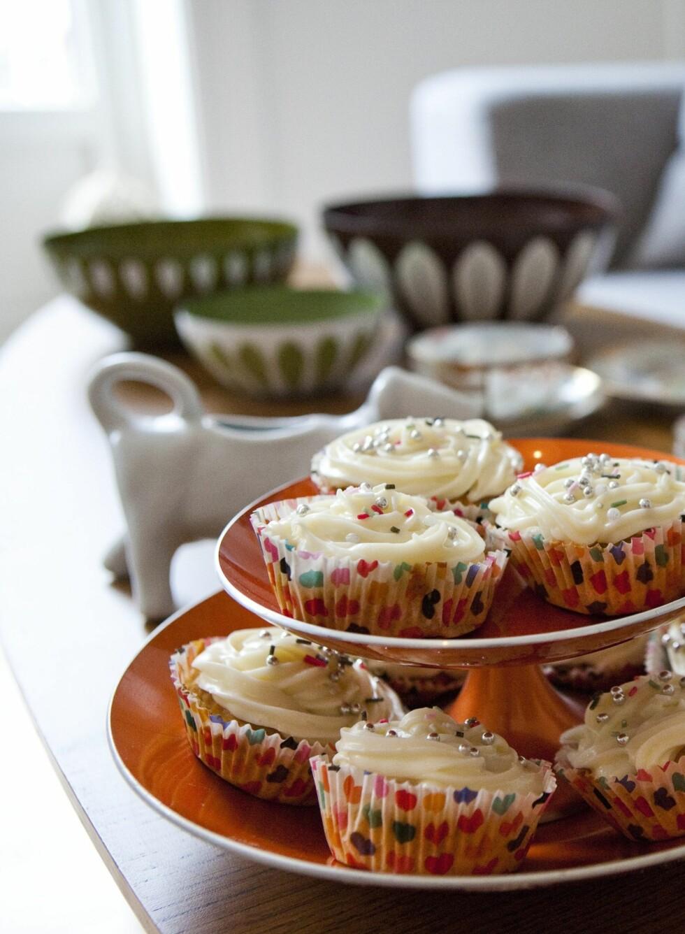 Også serveringen var helt 50-talls. Guro hadde bakt fargerike muffins til vi kom på besøk. Foto: Per Ervland