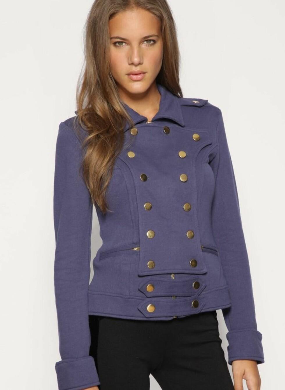 Uniformsinspirert jakke med blanke knapper (ca kr 1087, Asos.com).