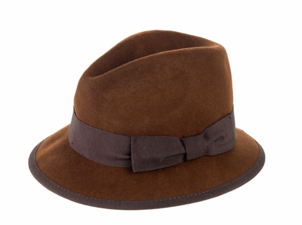 Sjokoladebrun hatt med fiolett sløyfebånd (kr.249/Zara). Foto: zara.com