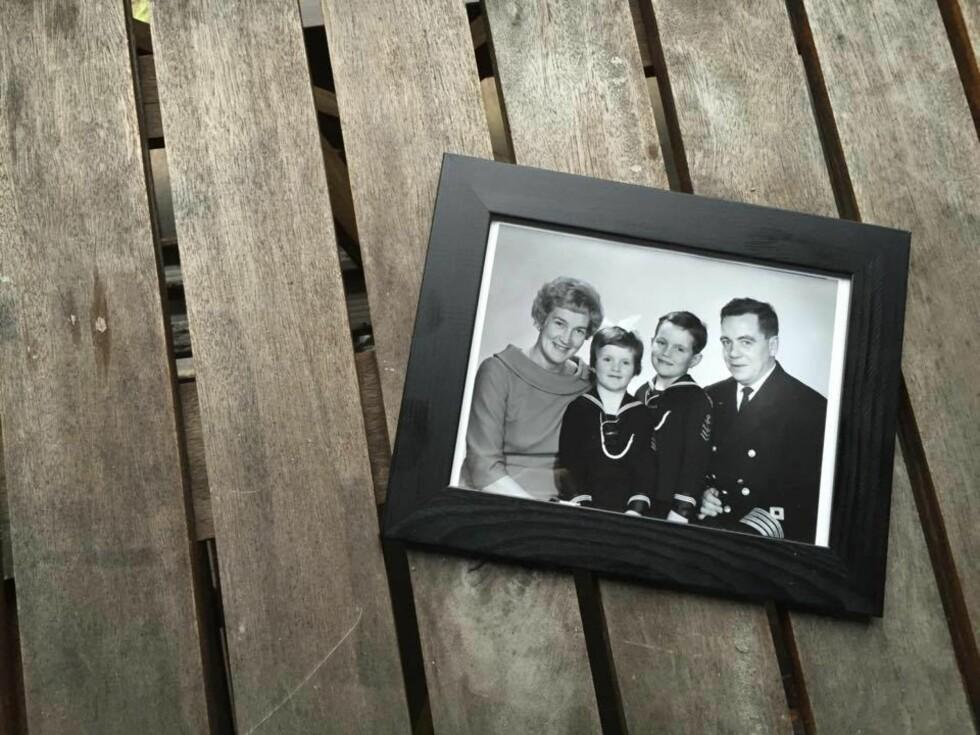 FIN FAMILIE: Erni sammen med ektemannen Alfred Ingvald Johansen og sine to barn Jill og Gisle. Alfred var sjøkaptein og reise rundt over hele verden. Erni og Alfred ble forlovet i Singapore. Hun jobbet som telegrafist i handelsflåten. Foto:  Foto: Privat