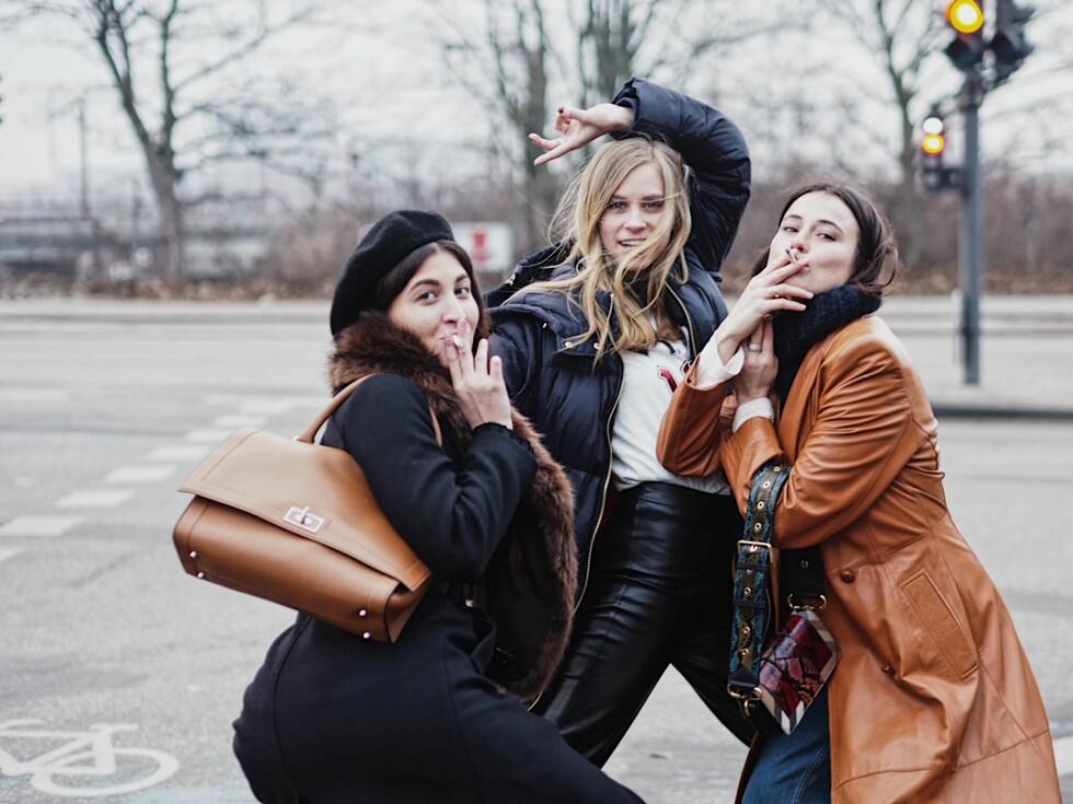 STREETSTYLE: Katarina Petrovic, Tine Andrea og Lena Lademann poserer for kameraet i København. Foto: Malin Gaden