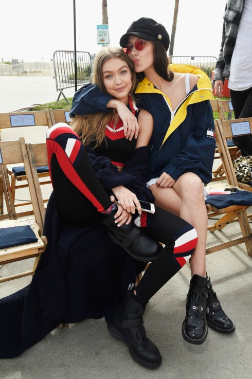 MODELLSØSTRE: Ett år skiller søstrene Gigi Hadid og Bella Hadid og begge har gjort det like godt som modeller. Gigi har også laget sin egen kolleksjon sammen med Tommy Hilfiger. Foto: Tommy Hilfiger