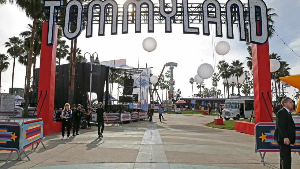 TOMMY HILFIGER: Den amerikanske designeren viste frem sin og Gigi Hadids kolleksjon under festivalomgivelser på Venice Beach i California. Foto: Tommy Hilfiger