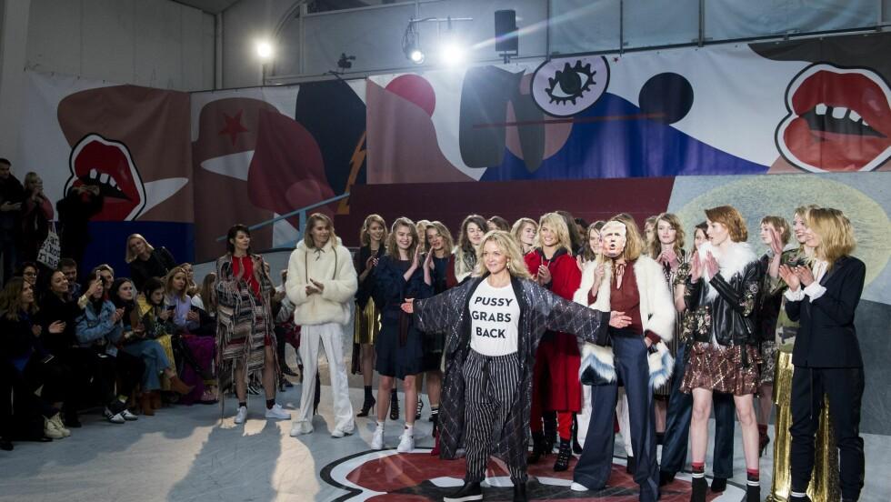 COPENHAGEN FASHION WEEK: Designer Naja Munthe poserer med en t-skjorte med ordene 'Pussy grabs back' - et stikk til Trump for noe han sa i 2005. Foto: Epa