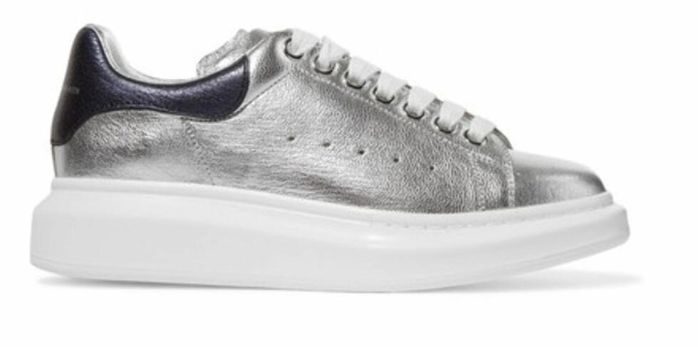Sneakers fra Alexander McQueen via Netaporter.com, ca. kr 3800. | | https://www.net-a-porter.com/dk/en/product/752792