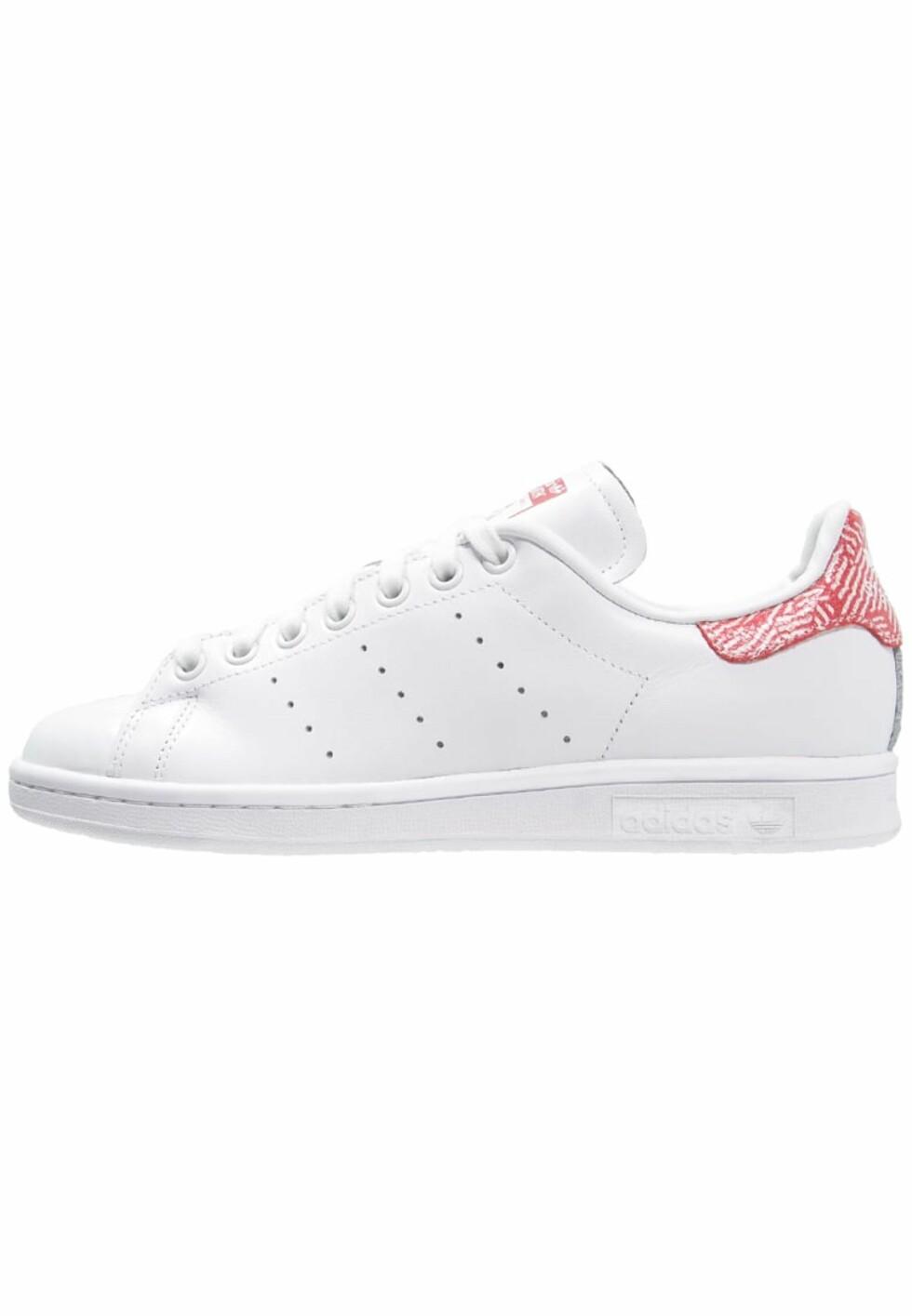 Stan Smith-sneakers fra Adidas med mønster bak via Zalando.no | kr 899 | pn.zalando.net/go.cgi?pid=1173&wmid=cc&cpid=12&target=http://www.zalando.no/adidas-originals-stan-smith-joggesko-white-collegiate-red-ad111s0cb-a11.html