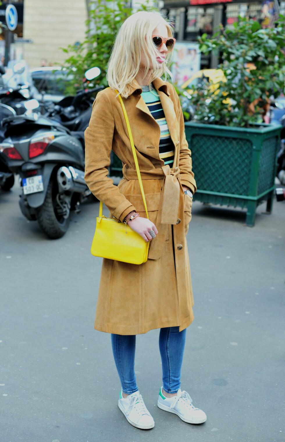 ENKELT: Å kombinere jeans med et par sneakers, er en trend som ikke vil dø ut med det første.