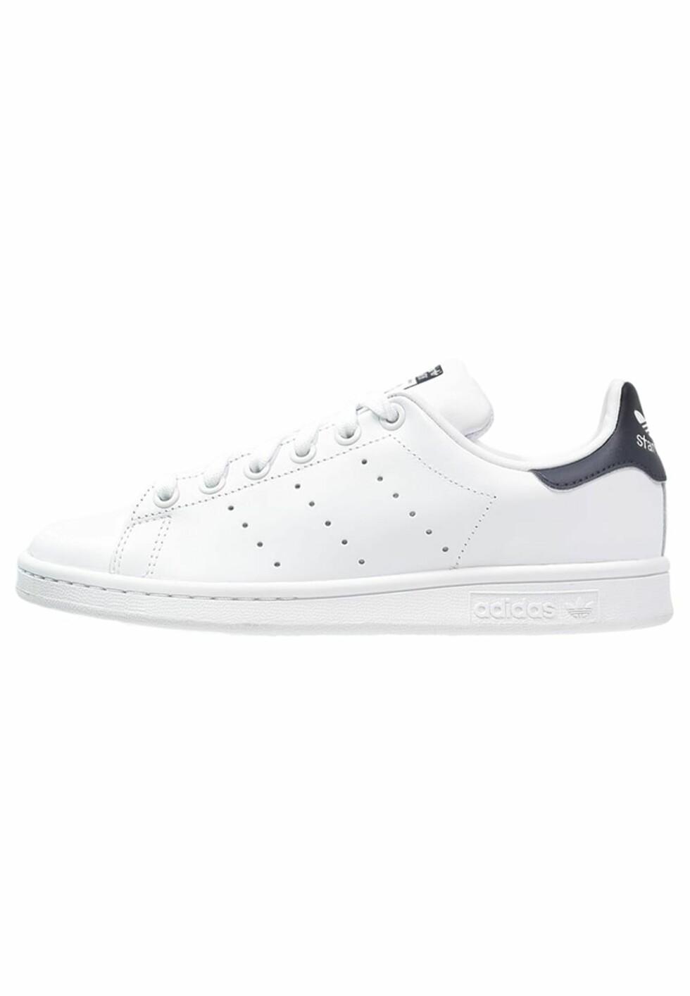 Stan Smith-sneakers fra Adidas med sort detalj via Zalando.no | kr 849 | pn.zalando.net/go.cgi?pid=1173&wmid=cc&cpid=12&target=http://www.zalando.no/adidas-originals-stan-smith-joggesko-hvit-ad115b01k-a11.html