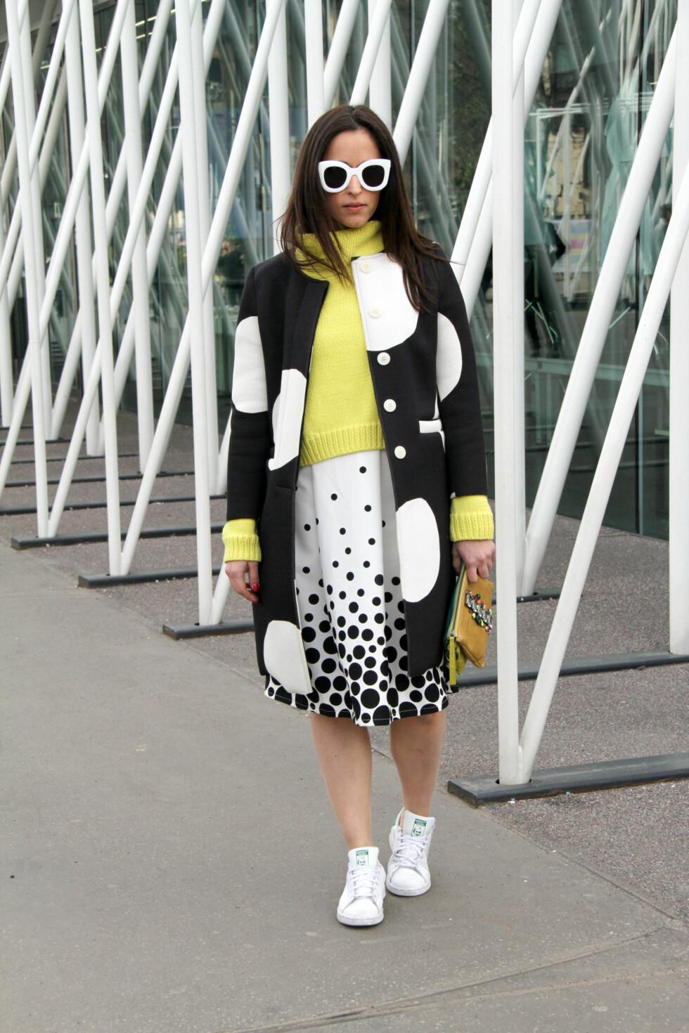 DETALJER: De hvite detaljene er går gjennom hele antrekket - alt fra prikkene i jakken, til solbrillene og sneakersene.