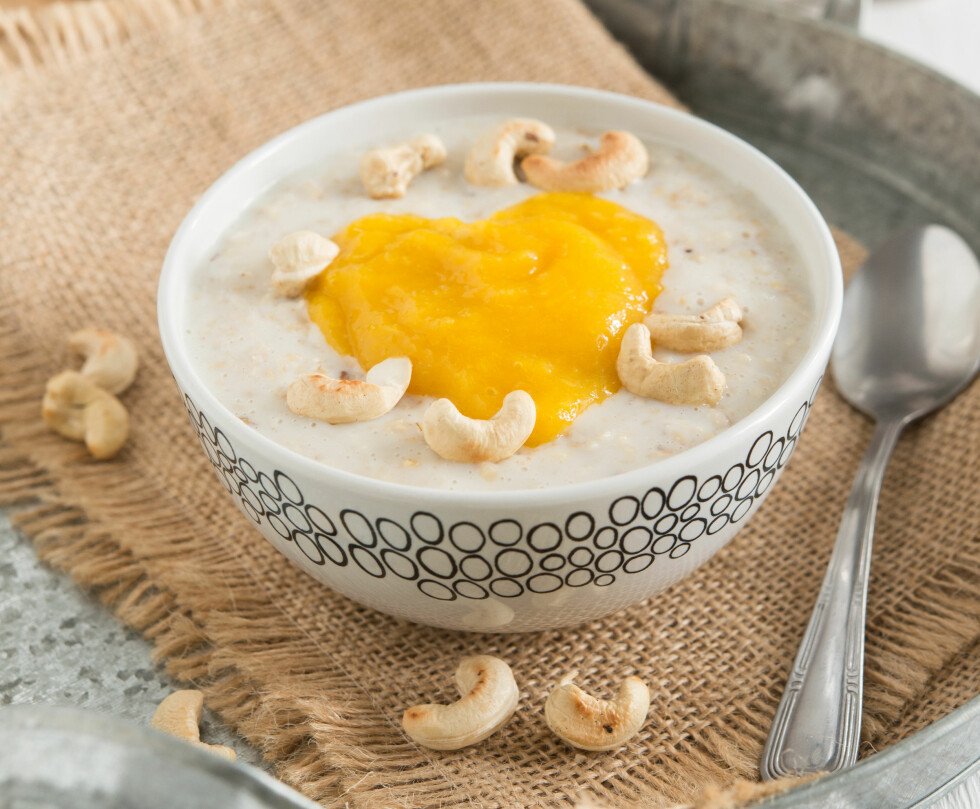 Oatmeal with cashew nuts and mango pulp; Shutterstock ID 342720641; PO: purchase_order4; Job: job1; Client: client2; Other: other3 Foto: Shutterstock / pingpongcat