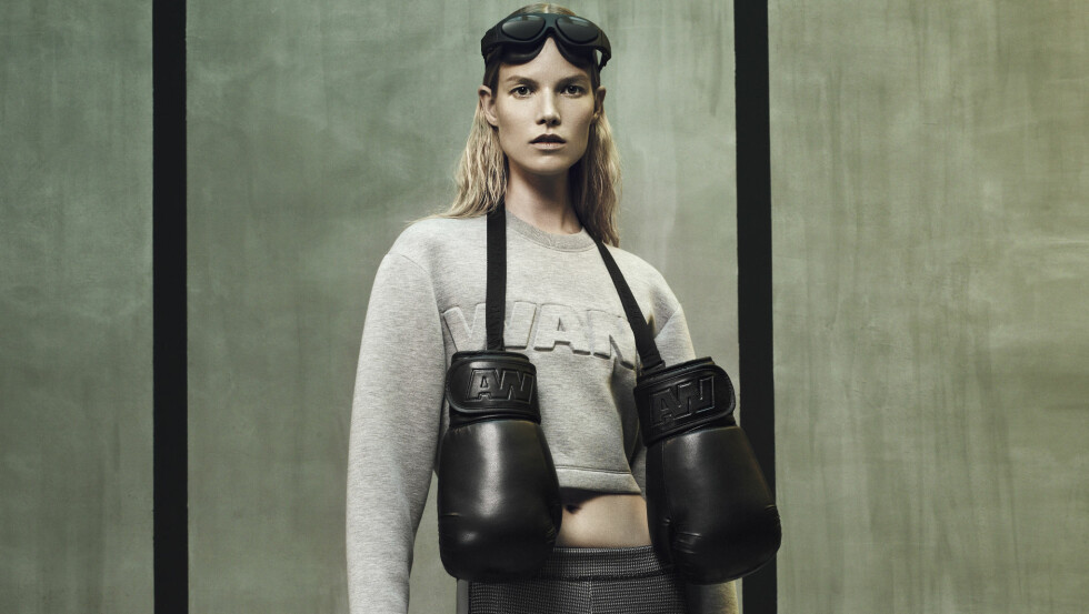 SPORTY OG KUL: It-designeren Alexander Wang er kjent for sin sporty stil, noe samarbeidskolleksjonen med H&M bærer preg av. Topp, boksehansker og tights (alt kr 500) og slippers (kr 600).  Foto: Mikael Jansson