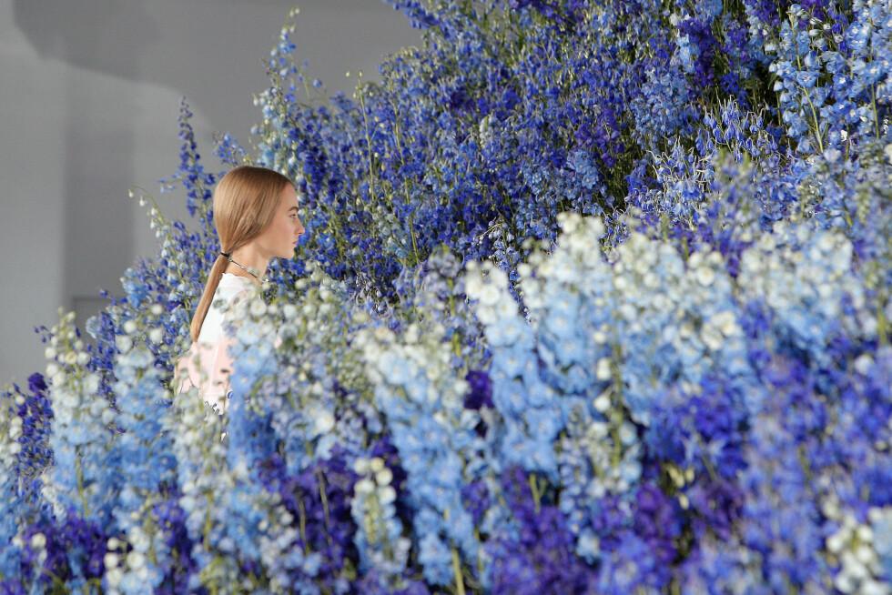<strong>DIOR:</strong> Lokalet var omringet av vårlige blomster. Foto: Ap
