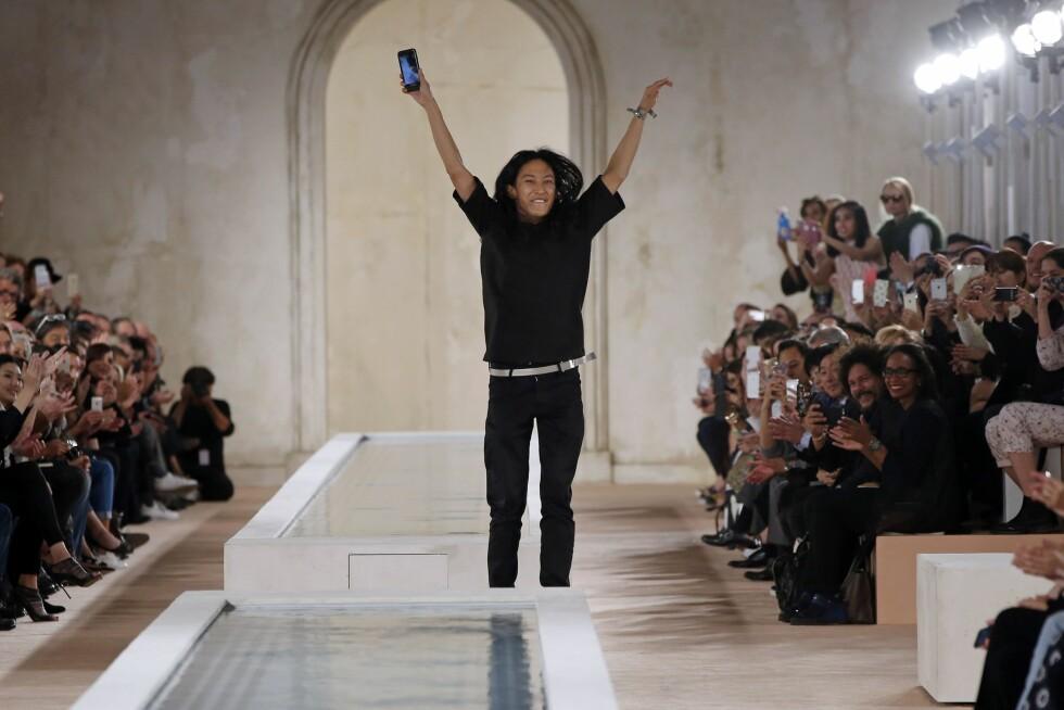 <strong>BALENCIAGA:</strong> Alexander Wang (avbildet) hadde sin siste visning for Balenciaga. Han avsluttet sin tid hos dem ved å løpe rundt og ta bilder med gjestene. Foto: Afp