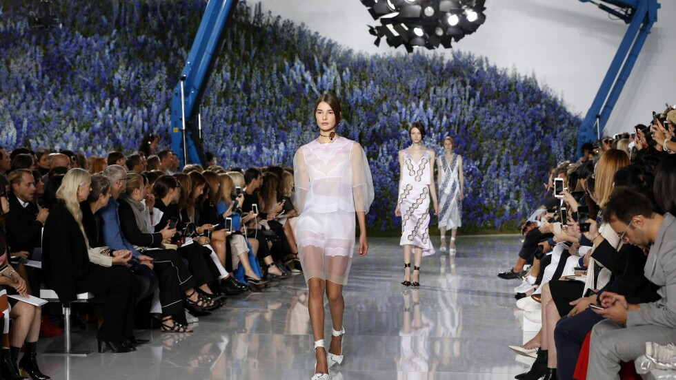 <strong>PARIS FASHION WEEK:</strong> Det er ikke bare tettpakket med visninger under moteuken. Storslåtte fester, jubileum, streetstyle og et stjernespekket Paris er blant høydepunktene fra Fashion Week. Foto: Afp