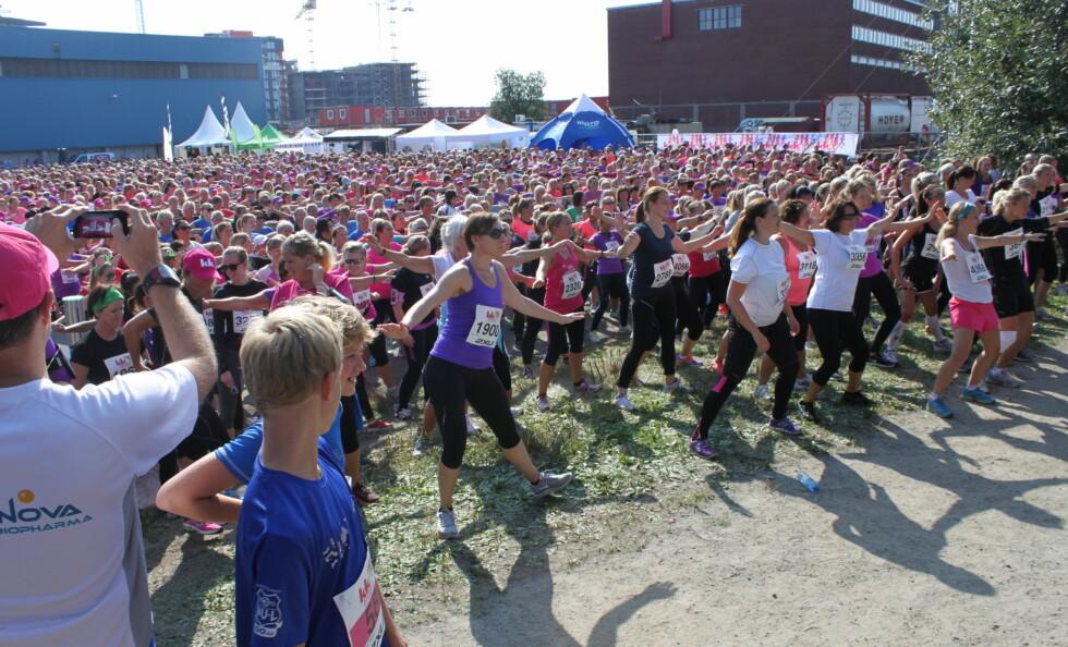 OPPVARMING: Her ser du nesten 5000 damer varme opp i forkant av sine respektive løp.  Foto: A. C. Blystad